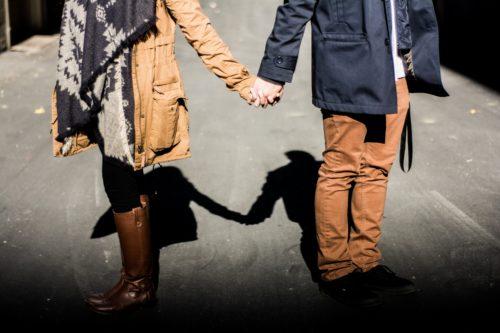 恋人繋ぎをする男性の心理と、そこに込められた7つの意味♡