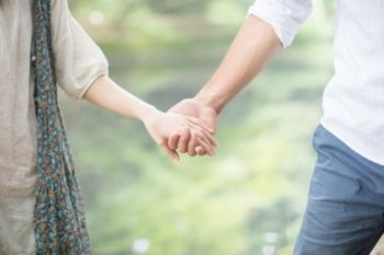 付き合う前に手を繋ぐ男性心理と、おすすめの繋ぐタイミング12選♡