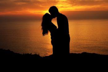 既婚者がキスする10個の心理と、彼がキスしたいと思う瞬間3選