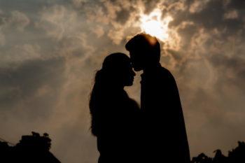 キスの時に目を開ける人と閉じる人の割合や理由と、その心理15選